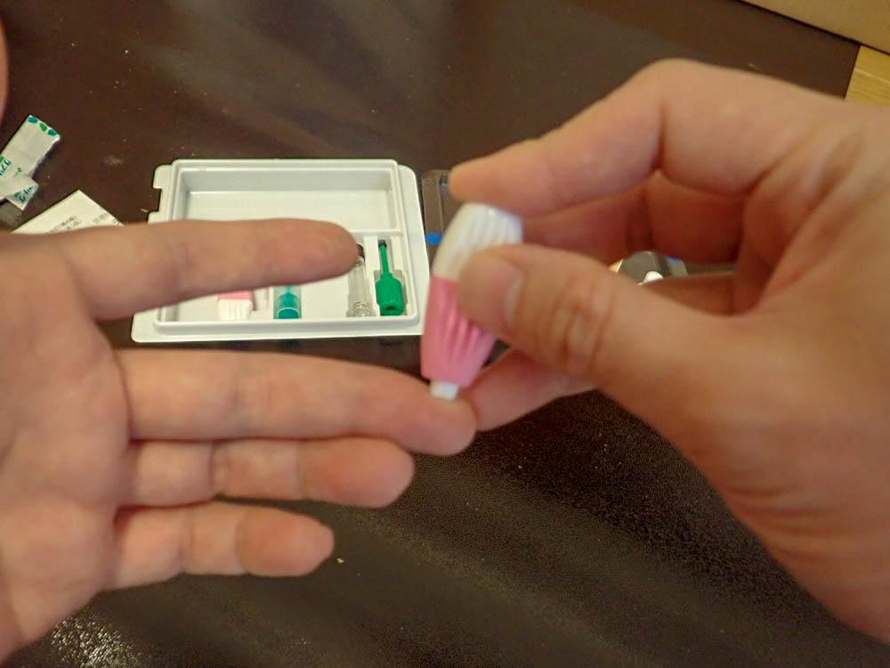 ランセットの先端を指先に押し込むと、仕込杖のように内部の針がスプリングの力で飛び出します。ランセットは一度しか使えません。この器具によって、最小の痛みで効果的に採血が行えます。